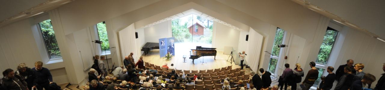 The first three rounds of the competition takes place in Troldhaugen's chamber music hall 'Troldsalen' (photo by Dag Fosse).